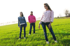 Gruppo di giovani su un campo verde Immagini Stock Libere da Diritti
