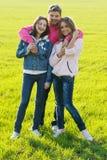 Gruppo di giovani su un campo verde Fotografia Stock