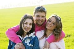 Gruppo di giovani su un campo verde Fotografie Stock