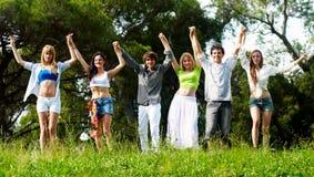 Gruppo di giovani su un'erba Immagine Stock
