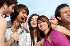Gruppo di giovani tiranti e di ragazze che hanno divertimento Fotografia Stock