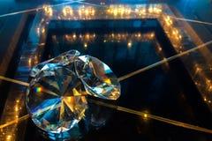 Gruppo di grandi diamanti che splendono sulla Tabella di vetro del nero di riflessione all'angolo usato come modello Fotografia Stock Libera da Diritti