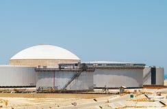 Gruppo di grandi serbatoi di combustibile Terminale di Ras Tanura, Arabia Saudita Immagini Stock Libere da Diritti