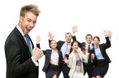 Gruppo di gruppo allegro di executivesBusiness che celebra trionfo fotografia stock libera da diritti