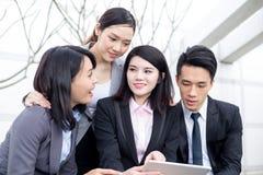 Gruppo di gruppo di affari che lavora al computer della compressa immagini stock libere da diritti