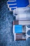 Gruppo di guanti protettivi e di costruzione dei pennelli di legno del tester Fotografia Stock Libera da Diritti