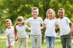 Gruppo di huddling dei bambini Progetto volontario fotografia stock libera da diritti