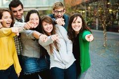 Gruppo di indicare esterno degli studenti Immagini Stock