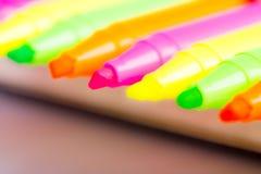 Gruppo di indicatori luminosi di colore della penna a feltro su fondo bianco Fotografia Stock