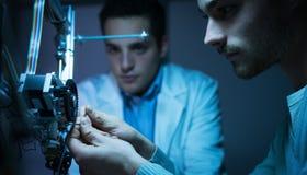 Gruppo di ingegneria che lavora ad una stampante 3D Fotografie Stock