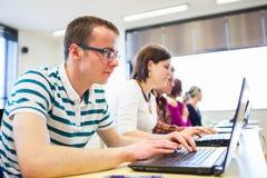 Gruppo di istituto universitario/studenti universitari dentro in un'aula Fotografie Stock Libere da Diritti