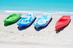 Gruppo di kajak in una spiaggia Fotografia Stock