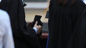Gruppo di laureati che preparano ricevere i diplomi di istruzione superiore a cerimonia stock footage