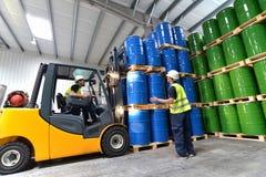 Gruppo di lavoratori con il carrello elevatore nel funzionamento di industria di logistica immagine stock libera da diritti