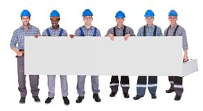 Gruppo di lavoratori con il cartello immagine stock libera da diritti