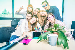 Gruppo di lavoratori felici degli impiegati degli studenti che prendono selfie immagine stock libera da diritti