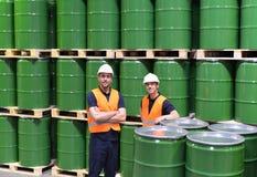 Gruppo di lavoratori nel lavoro di industria di logistica in un magazzino w immagine stock