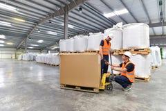 Gruppo di lavoratori nell'industria di logistica - codice a barre di esame fotografia stock