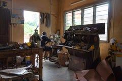 Gruppo di lavoro del calzolaio, Benin, Africa immagini stock libere da diritti