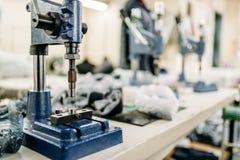 Gruppo di lavoro dell'abbigliamento, primo piano a macchina riverting immagine stock libera da diritti
