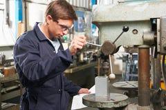 Gruppo di lavoro della fabbrica di Using Drill In dell'ingegnere immagine stock