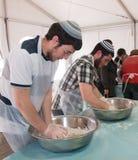 Gruppo di lavoro di cottura del Matzah Immagine Stock