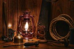 Gruppo di lavoro di legno del carpentiere antico con i vecchi strumenti Immagine Stock Libera da Diritti