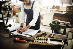 Gruppo di lavoro di legno di Craftmanship Carpentry Handicraft del carpentiere concentrato fotografie stock libere da diritti