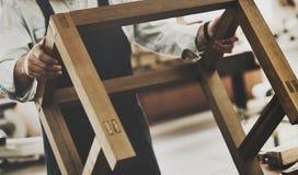 Gruppo di lavoro di legno di Craftmanship Carpentry Handicraft del carpentiere concentrato fotografia stock libera da diritti