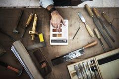 Gruppo di lavoro di legno di Craftmanship Carpentry Handicraft del carpentiere concentrato immagini stock libere da diritti