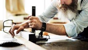 Gruppo di lavoro di legno di Craftsmanship Carpentry Handicraft del carpentiere concentrato immagine stock libera da diritti