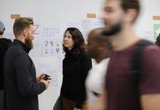 Gruppo di lavoro di presentazione della gente di giovane impresa e del bordo di strategia fotografia stock