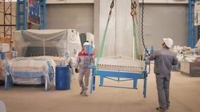 Gruppo di lavoro di fabbricazione I lavoratori regola la macchina nel magazzino la produzione di ventilazione e delle grondaie St video d archivio