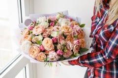 Gruppo di lavoro femminile di Floral del fiorista - donna che rende ad una bella composizione nel fiore un mazzo Concetto di Flor fotografie stock libere da diritti