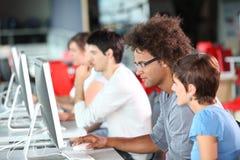 Gruppo di lavoro nel laboratorio del calcolatore Immagini Stock