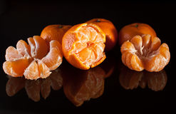 Gruppo di mandarini con la riflessione su fondo nero Fotografia Stock Libera da Diritti