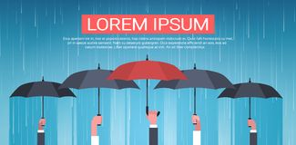 Gruppo di mani che tengono concetto di protezione di retrovisione di Unger Huge Rain Background Back dell'ombrello Fotografia Stock