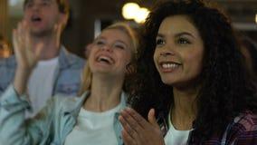 Gruppo di mani d'applauso dei giovani, incoraggiante per la vittoria favorita del gruppo di sport stock footage
