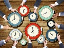 Gruppo di mani degli uomini d'affari che tengono gli orologi immagini stock libere da diritti