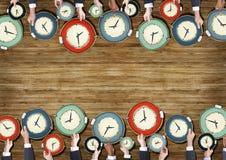 Gruppo di mani degli uomini d'affari che tengono gli orologi fotografia stock libera da diritti