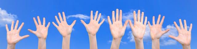 Gruppo di mani sollevate su Immagini Stock