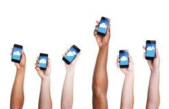 Gruppo di mano che tiene i dispositivi di Digital con il simbolo della nuvola Fotografie Stock Libere da Diritti