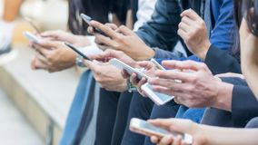 Gruppo di mano con lo smartphone Fotografia Stock Libera da Diritti