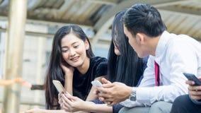 Gruppo di mano con lo smartphone Immagini Stock