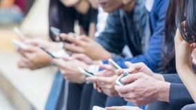 Gruppo di mano con lo smartphone Fotografie Stock Libere da Diritti