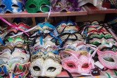 Gruppo di maschere variopinte di carnevale, isolato sul contatore di vendita Fotografie Stock Libere da Diritti