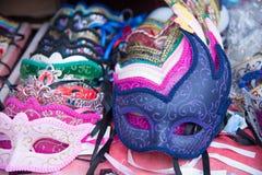 Gruppo di maschere variopinte di carnevale, isolato sul contatore di vendita Fotografia Stock