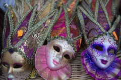 Gruppo di maschere variopinte di carnevale, sul contatore di vendita Fotografia Stock