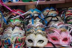 Gruppo di maschere variopinte di carnevale, sul contatore di vendita Fotografie Stock