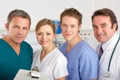 Gruppo di medici americano del ritratto sul quartiere di ospedale fotografia stock